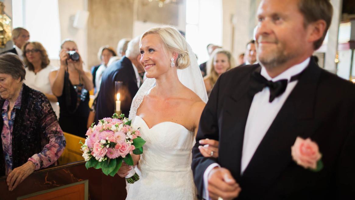 Bruden & hennes far inmarschen i Västra Tunhemskyrka