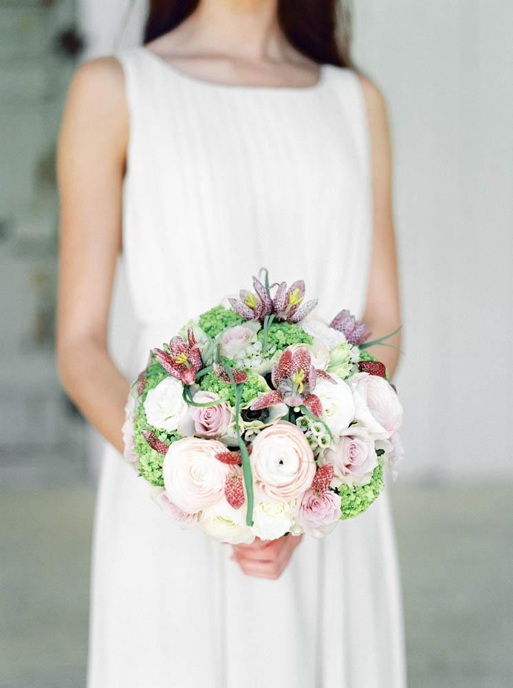bröllopsmode brudklänningar och blommor